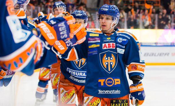 Jere Karjalainen iski maanantaina neljännessä finaalissa Tapparalla erittäin tärkeän avausmaalin.