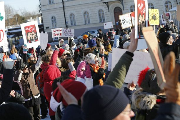 Mielenosoittajat viipyivät torilla yli kaksi tuntia. Lavalla pidettiin puheita ja musiikkiesityksiä.