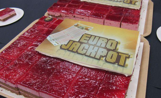 87 miljoonan Eurojackpottia juhlittiin Tampereella pelipaikassa, eli Lielahden Citymarketissa kakulla.