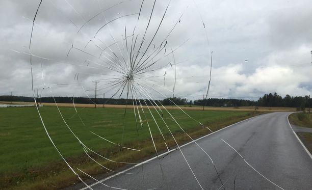 Linja-auton tuulilasi halkesi törmäyksen voimasta.