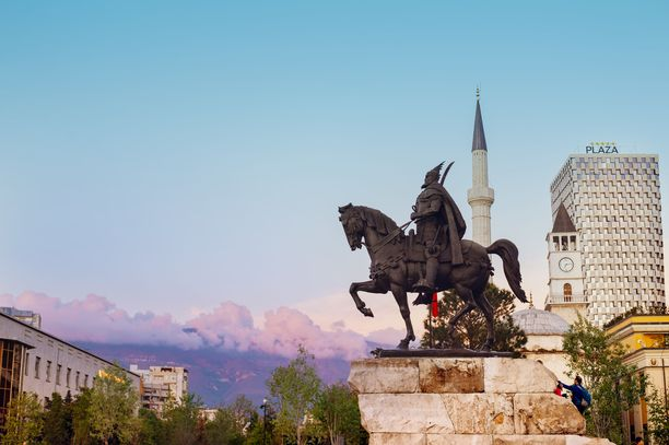 Skanderbegin aukio on Tiranan keskusaukio. Aukiolta löytyy Skanderbegin patsas sekä muita kaupungin tärkeitä maamerkkejä.