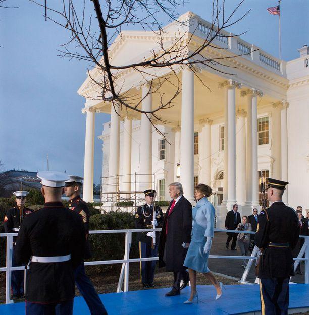 Presidentin virkaanastujaisissa Melanie Trump oli pukeutunut Ralph Laurenin suunnittelemaan siniseen luomukseen.