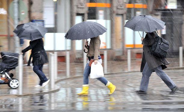 Sää jatkuu sunnuntainakin sateisena ja pilvisenä, Ilmatieteen laitokselta kerrotaan.