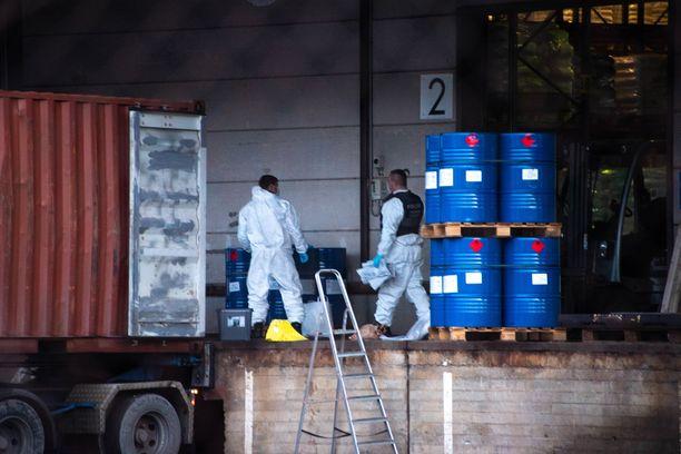 Poliisin tekniset tutkijat syynäsivät tynnyreitä Espoon huumejutun paljastumispaikalla joulukuussa.