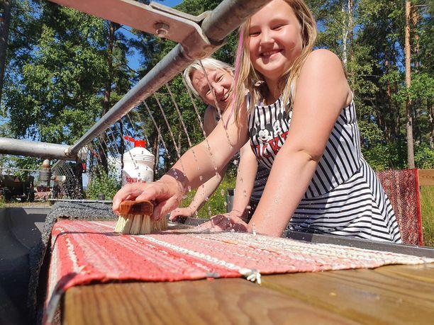 Outi Arvola oli Anni-tyttärensä kanssa sunnuntaina siivouspuuhissa. Iltapäivällä kaksikko jynssäsi mattoja pesupaikalla. Kylmä vesi ei haitannut.