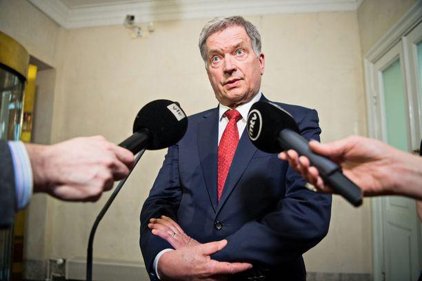 Tasavallan presidentti Sauli Niinistön palkkio on pysynyt 126 000 eurossa koko sen ajan, kun Niinistö on toiminut presidenttinä. Niinistö kieltäytyi ensimmäisen kautensa aluksi palkkion nostamisesta 160 000 euroon ja perusteli sitä sillä, että julkisen talouden tila on olennaisesti heikentynyt.