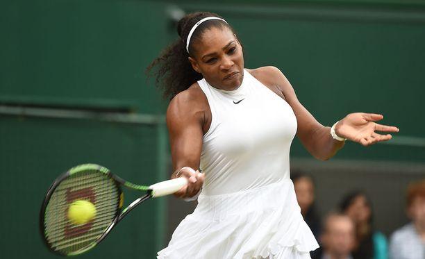 Serena Williams eteni Wimbledonissa neljännesvälieriin.