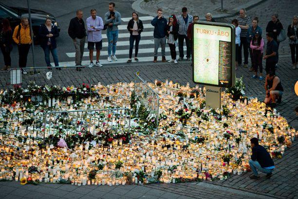 Viikonloppuna ihmiset toivat Kauppatorille kynttilöitä.