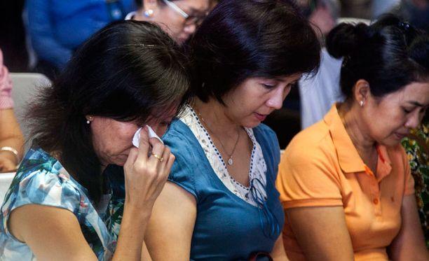 Omaiset rukoilevat kadonneiden matkustajien puolesta.