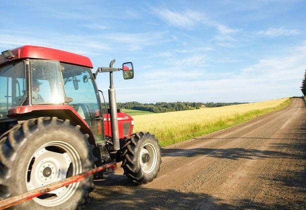 Traktorin kääntyminen voi yllättää autoilijan monella tavoin.