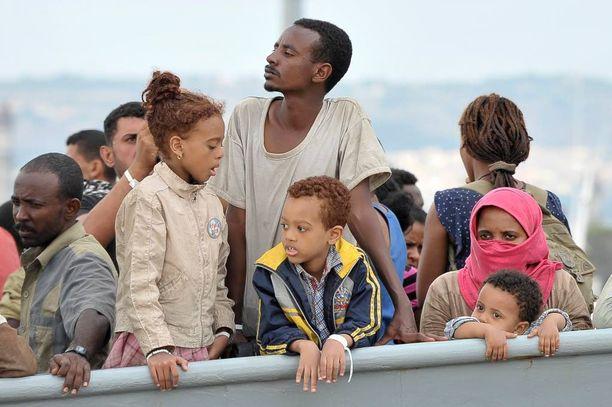 Siirtolaisia odottamassa sunnuntaina maihinnousua Kroatian rannikkovartioston laivassa Sisiliassa Augustan satamassa Sisiliassa.
