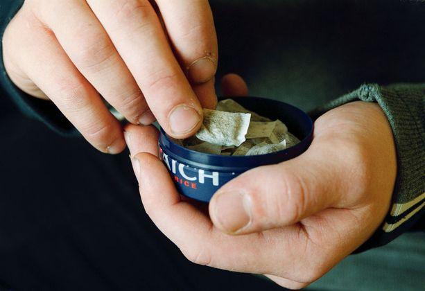 Nuuska aiheuttaa vaikean nikotiiniriippuvuuden ja on haitallista terveydelle.