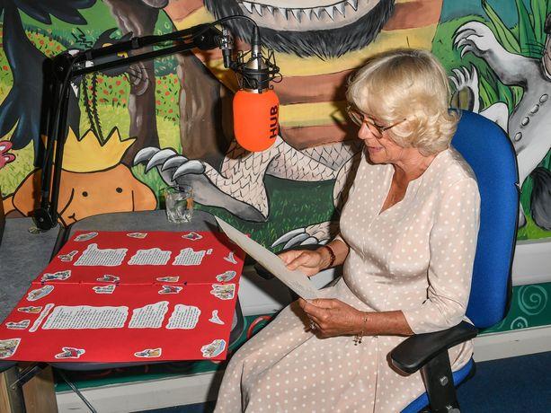 Herttuatar Camilla luki lapsille runon vierailunsa aikana.