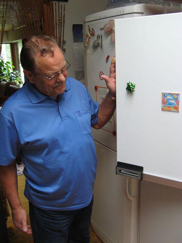 Vantaalainen Altti Mäkelä on tyytyväinen pitkään palvelleeseen jääkaappiin.