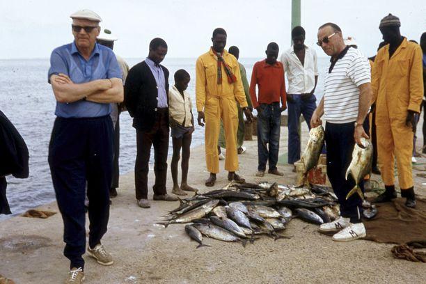 Kalaa nousi merestä runsain mitoin. Vasemmalla presidentti ja oikealla Kalle Kaihari.
