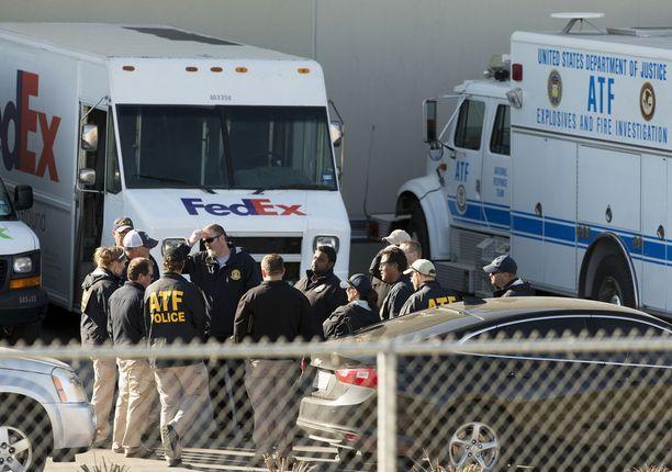 Viranomaiset tutkivat FedExin keskusta San Antoniossa tiistaina sen jälkeen, kun pommi oli räjähtänyt liukuhihnalla ilmeisesti ennen aikojaan. Neljä muuta räjähdystä tapahtuivat Austinin kaupungissa.