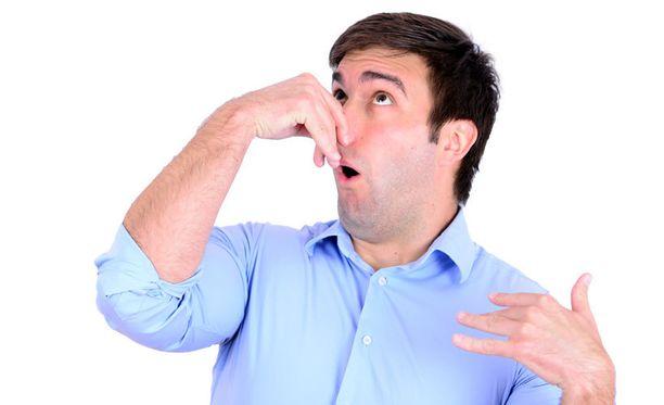 Eräs lukijan treffikumppani esitteli ensitreffeillä haisevia sukkiaan. Kuvan henkilö ei liity tapaukseen.