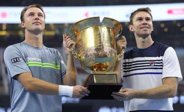 Henri Kontinen ja John Peers juhlivat turnausvoittoa Pekingissä. Nyt parilla on mahdollisuus voittaa toinen turnaus putkeen.