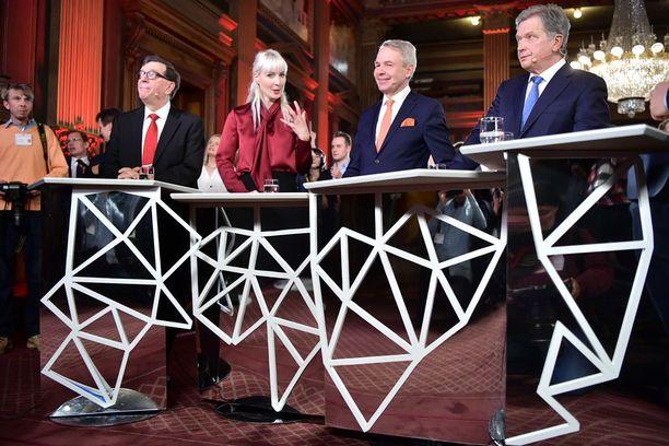 Paavo Väyrynen (valitsijayhdistys), Laura Huhtasaari (ps), Pekka Haavisto (vihr) ja Sauli Niinistö (valitsijayhdistys) kommentoivat tunnelmiaan, kun Helsinkiä lukuun ottamatta lähes kaikki äänet oli laskettu.