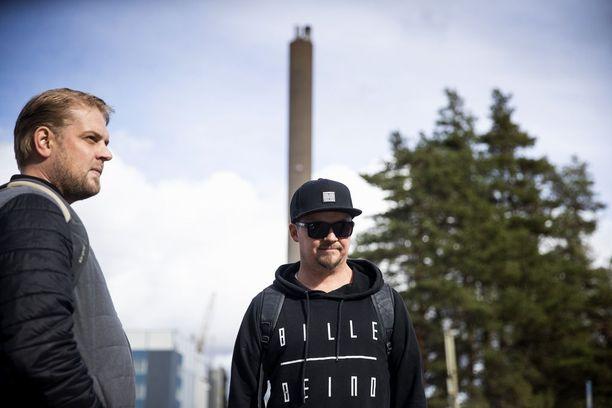 Iltavuoroon Venatorin Porin pigmenttitehtaalle tulleet prosessinhoitajat Kalle Ruusela ja Teemu Nauha saivat tiedon tehtaan sulkemispäätöksestä puhelimitse työkavereiltaan.