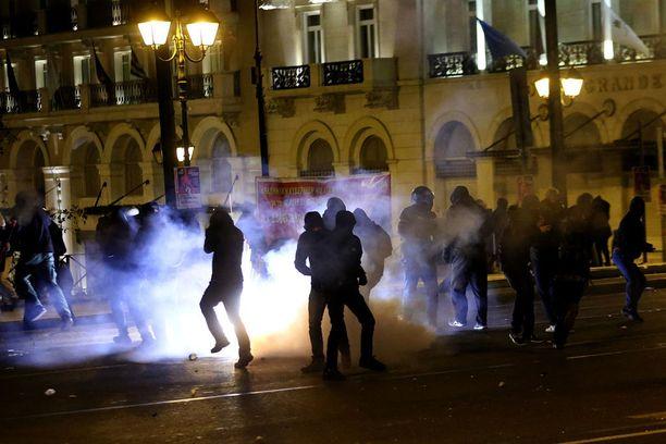 Poliisi ampui mielenosoittajia kyynelkaasulla.