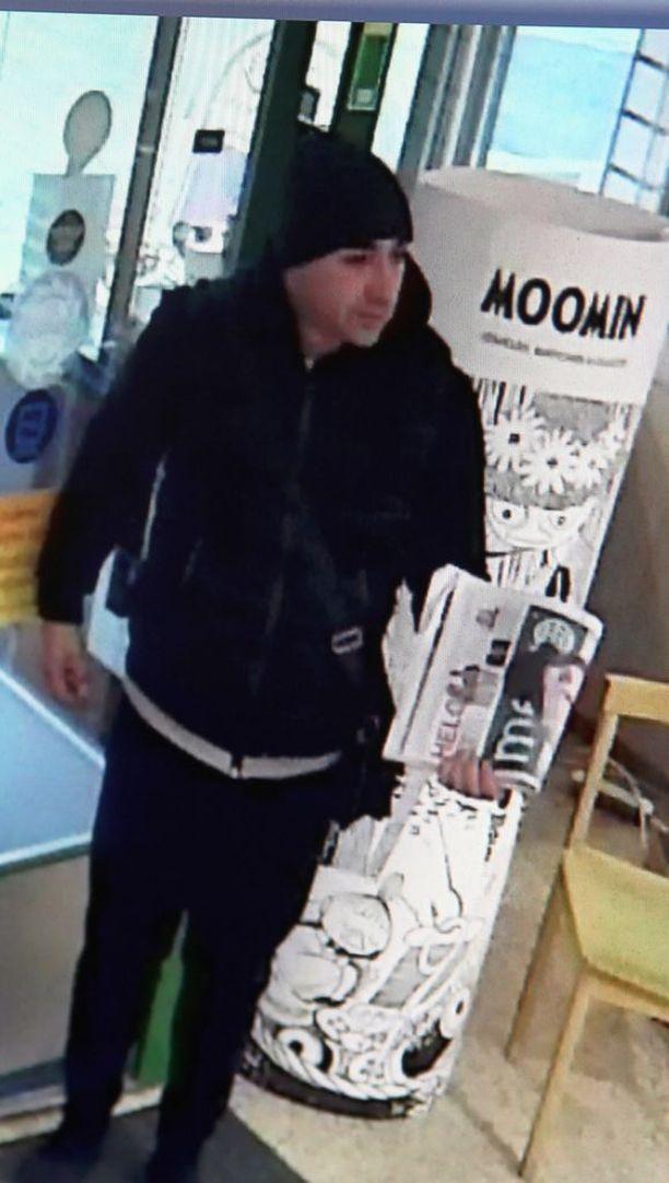Poliisi etsii kuvan miestä törkeästä ryöstöstä epäiltynä. Hänen epäillään vieneen 100-150 kultasormusta koruliikkeestä.