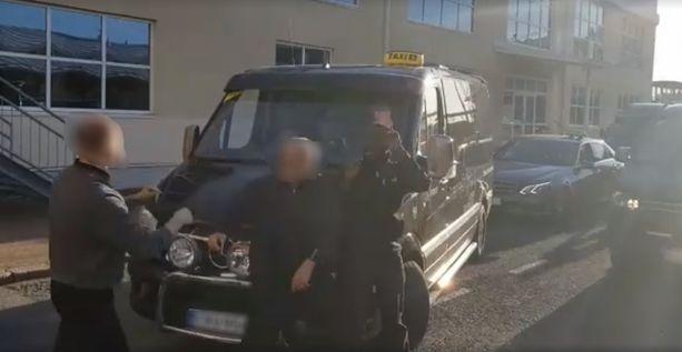 Videolla näkyy, miten taksikuskit huutavat ja möykkäävät toisilleen.