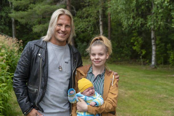 Sami Kuronen johdattaa katsojat ohjelmassa teiniäitien maailmaan. Kuvassa myös Milena ja Max.