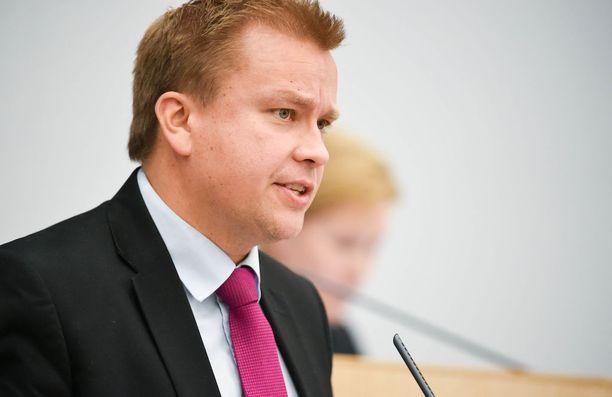 Keskustan edustakuntaryhmän puheenjohtaja, kansanedustaja Antti Kaikkonen kertoo, että peruspalveluministeri Juha Rehulan (kesk) tämänpäiväisen katsauksen perusteella hallituksella on edelleen vaikeita näkemyseroja sotesta.
