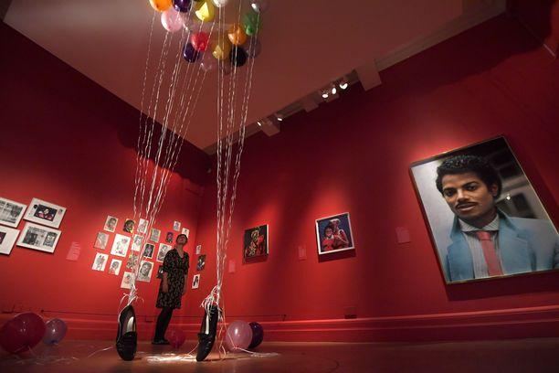 Näyttelyssä on runsaasti muotokuvia Michael Jacksonista.