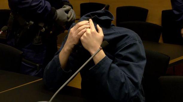 Toinen epäilty hautasi oikeussalissa kasvonsa käsiinsä. Mies on vangittu.
