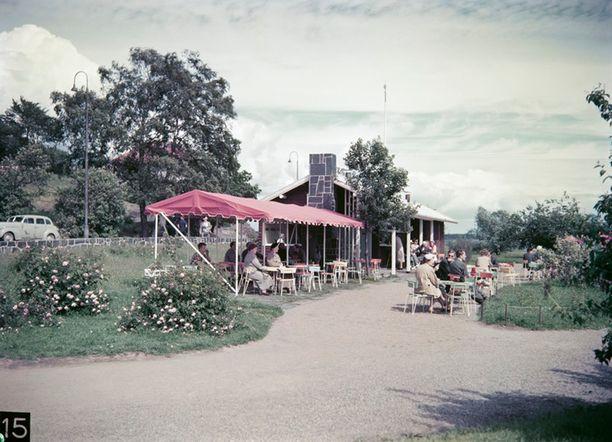 Kahvila Ursula Kaivopuiston rannassa.