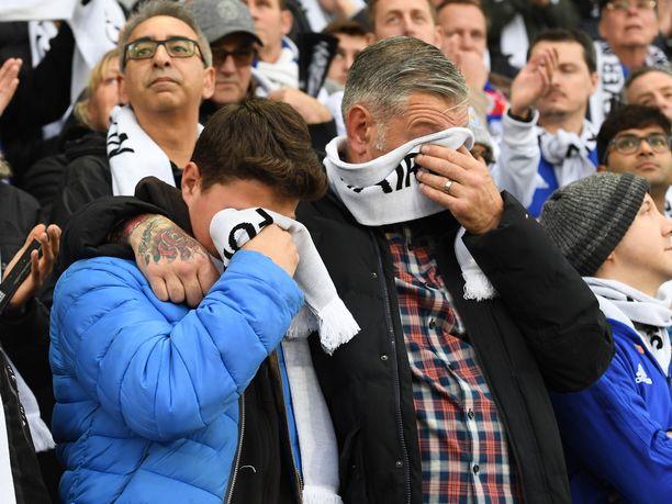 Ihmiset vuodattivat kyyneleitä ottelun alla järjestettyjen seremonioiden aikana.
