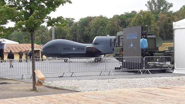Huippukokouksen ulkopuolella esitellään Naton viimeisintä sotilasteknologiaa, kuten miehittämättömiä Global Hawk -tiedustelulennokkeja.