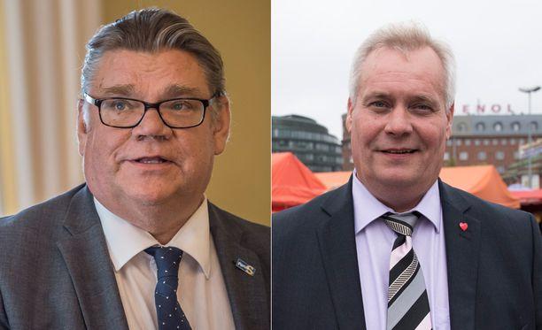 Ulkoministeri Timo Soini ja Sdp:n puheenjohtaja Antti Rinne olivat hilpeällä tuulella vuoden viimeisellä kyselytunnilla.