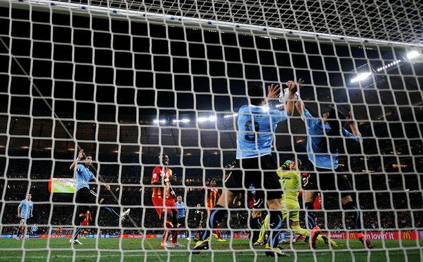 Hyökkääjä Luis Suarez torjui Ghanan laukauksen kädellään.