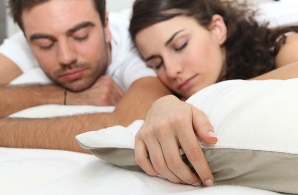 Intensiivinen kuntoilu illalla helpottaa nukahtamista, sanovat Baselin yliopiston tutkijat.