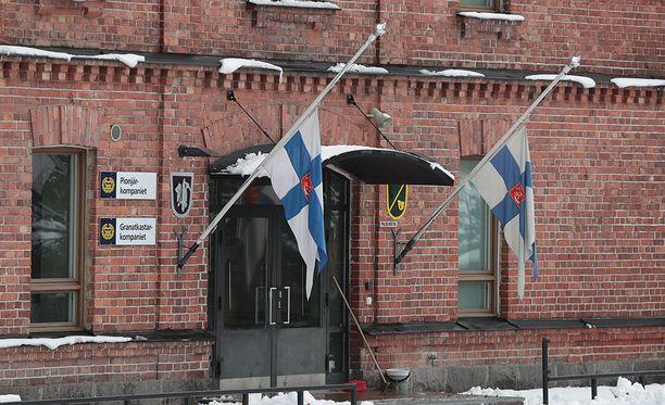 Puolustusministeri Jussi Niinistön mukaan kaikissa puolustushallinnon toimipisteissä alkoi puolelta päivin suruliputus.