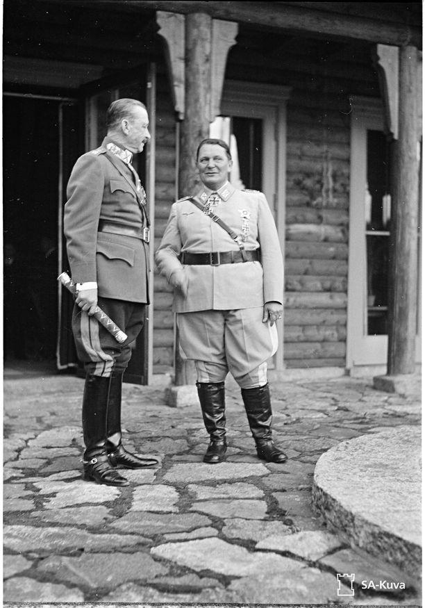 Mannerheim teki kesäkuun lopulla 1942 vastavierailun Saksaan Hitlerin luokse. Führerin tapaamisen jälkeen ohjelmassa oli illanvietto valtakunnanmarsalkka Hermann Göringin metsästyslinnassa. Kuvassa Mannerheim ja Göring rakennuksen edustalla.
