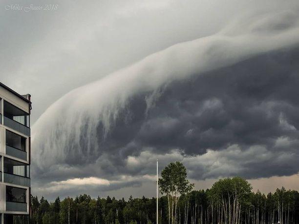 Tummanpuhuvasta olemuksestaan huolimatta pilvi satoi vain roikkuvasta reunastaan.
