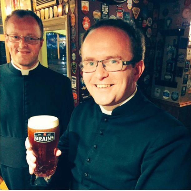 City Arms jakoi tämän kuvan ja kertoi, että papit ovat tervetulleita baariin. Kyseinen pubi on myös Cardiffin arkkipiispan kantapaikka.
