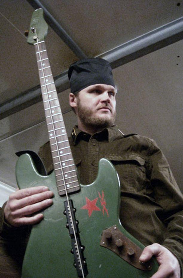Jaakko Ylä-Raution bassossa on vain yksi kieli.