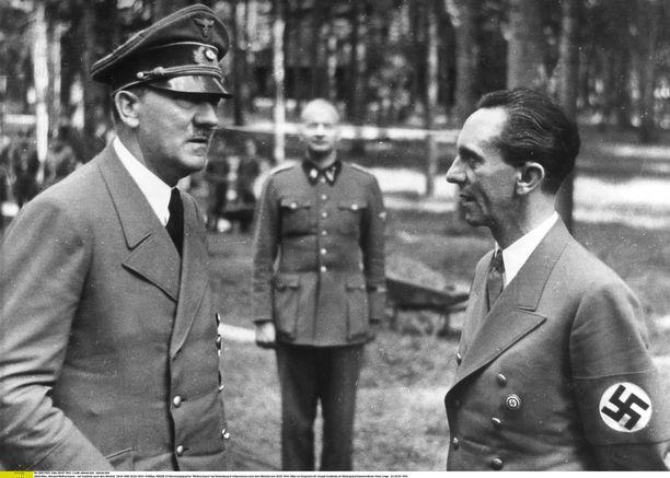 Saksan propagandaministeri Joseph Goebbels (oik.) luki radiossa 22. kesäkuuta 1941 Adolf Hitlerin (vas.) antaman julistuksen, jossa kerrottiin suomalaisten ja saksalaisten joukkojen toimivan yhdessä. Suomen hallitukselle tuli kiire korjata sanamuotoja. Kuva Rastenburgista Itä-Preussista heinäkuulta 1944.