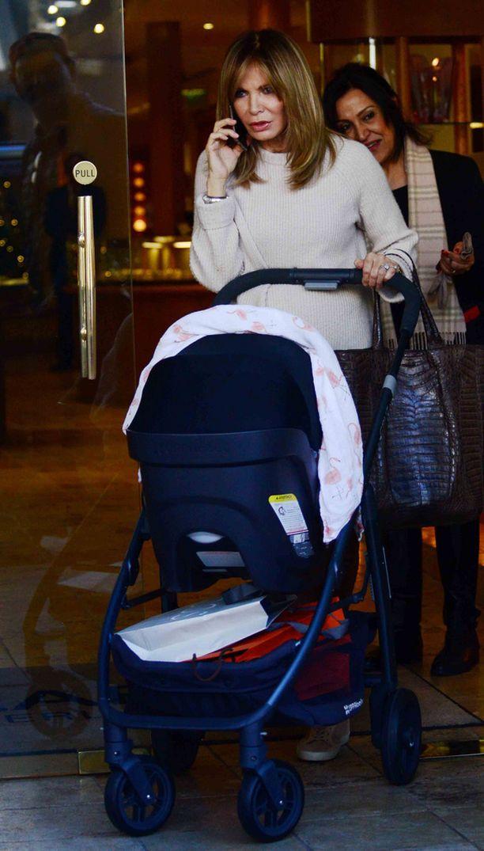Nuorekas Smith tyttärensä ja lapsenlapsensa kanssa.