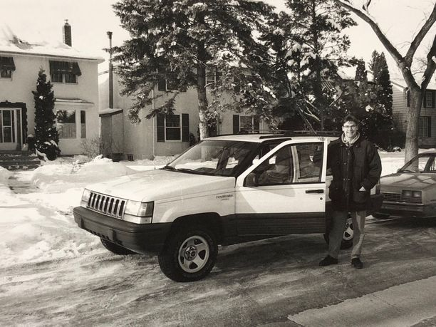 Siinä on meidän talo Winnipegissä. Onneksi Winnipeg sai taas NHL-joukkueen. Kyllä se kaupunki sen ansaitsee. Se oli hyvä paikka aloittaa NHL-ura. (Kuva on vuodelta 1992).