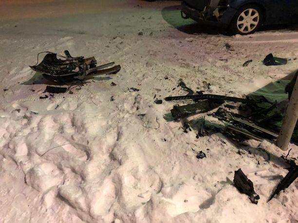 Baarin parkissa olleista ajoneuvoista lenteli säpäleitä kännikuskin käsittelyssä.