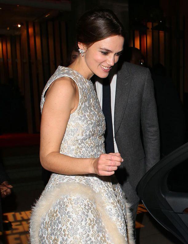 Keira Knightley oli iloisella tuulella Möet British Independet Spirit Awards -gaalassa. Juhlamekko peitti ovelasti vatsan seudun.