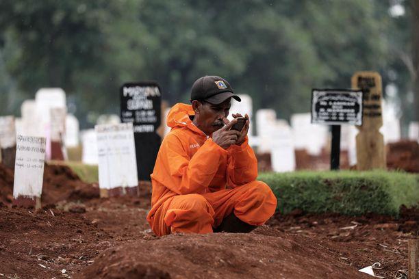 Indonesiassa joudutaan nyt kaivamaan hautoja ennätystahdilla.