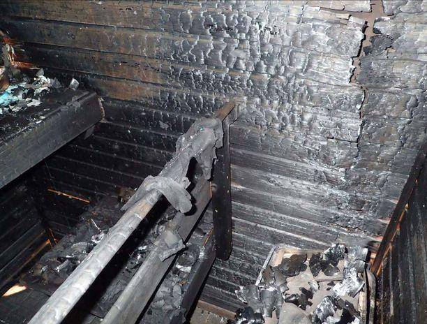 Kiukaan kaiteilla oli kuivumassaolevia vaatteita ja lauteilla varastoitua tavaraa. Saunanseinä- ja kattopaneelit hiiltyivät tulipalossa ja paloivat osittain puhki.