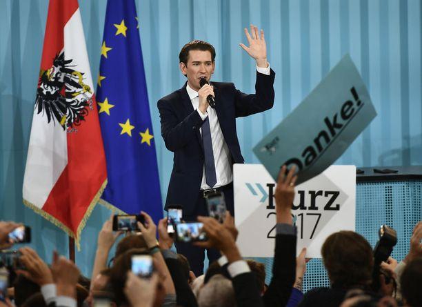 Itävallan liittokansleriksi nousee 31-vuotias Sebastian Kurz, joka on toiminut aiemmin ulkoministerinä ja integraatioasioista vastaavana ministerinä.